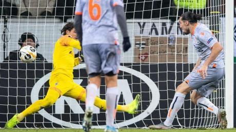 Istanbuls Enzo Crivelli (r) besiegelte in der Nachspielzeit mit seinem Tor das Gladbacher Aus.