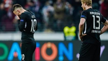 Filip Kostic (l) und Martin Hinteregger waren nach der Frankfurter Niederlage zunächst geknickt.