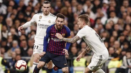 Barcas Lionel Messi (Mitte) und dieReal-Profis Gareth Bale (links) sowie Toni Kroos (rechts) dürfen sich bald auf einen Restart der spanischen Liga freuen.