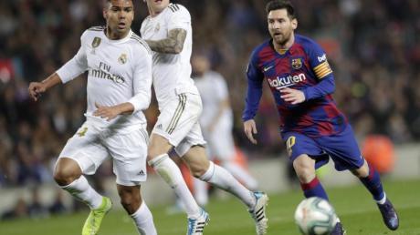 Weiße Überzahl: Barcas Lionel Messi (r) sieht sich Casemiro (l)und Toni Kroosgegenüber.