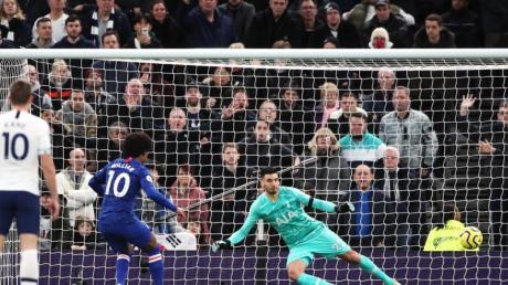 Willian (M) von FC Chelsea erzielt beim Elfmeter den zweiten Treffer seiner Mannschaft.