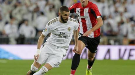 Madrids Karim Benzema (l) läuft mit dem Ball.
