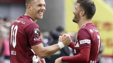 Lukas Podolski (l) steht noch bei Vissel Kobe unter Vertrag.