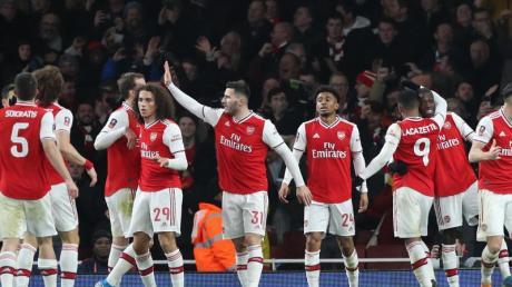 Arsenals Reiss Nelson (M) feiert mit seinen Teamkollegen seinen Treffer zum 1:0 gegen Leeds.