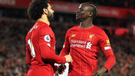 Wurde Afrikas Fußballer des Jahres: Sadio Mané (r) mit seinem Liverpooler Teamkollegen und Vorjahressieger Mohamed Salah.