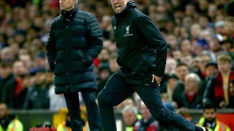 Jürgen Klopp (r) trifft auf Trainerkollege José Mourinho.