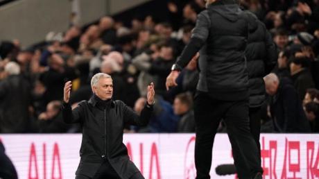 Kniefall: Spurs-Coach José Mourinho (l) ist fassungslos, Jürgen Klopp mit Liverpool obenauf.