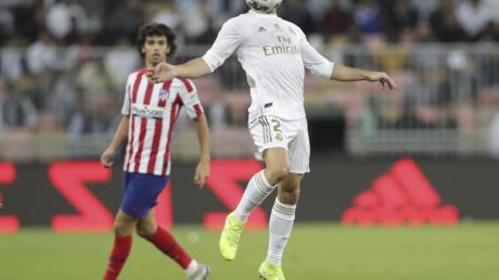 Reals Daniel Carvajal (r) stoppt den Ball.