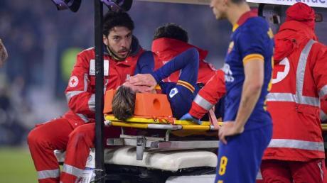 Roms Nicolo Zaniolo wurde unter Tränen vom Platz gebracht.