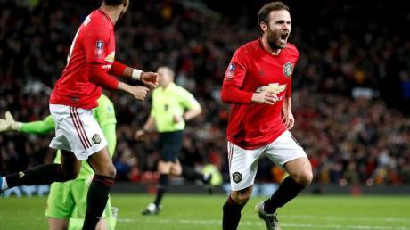 Juan Mata (r) feiert seinen Treffer für Manchester United.