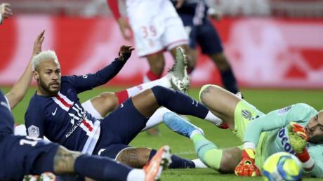 PSG-Spieler Neymar (M) scheitert an Monacos Torwart Benjamin Lecomte (r).