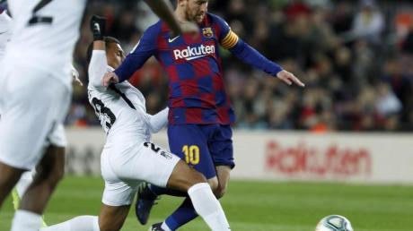 Barcas Torschütze Lionel Messi (r) im Dribbling gegen Granadas Darwin Machis.