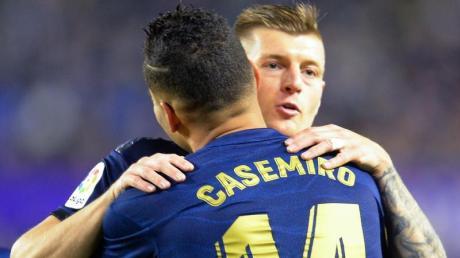 Toni Kroos wird von Casemiro umarmt. Der deutsche Nationalspieler bereitete Reals einziges Tor vor.