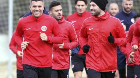 Lukas Podolski (l) freut sich auf seinen ersten Einsatz für Antalyaspor.