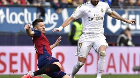 Reals Karim Benzema (r) und Osasunas David Garcia im Zweikampf um den Ball.