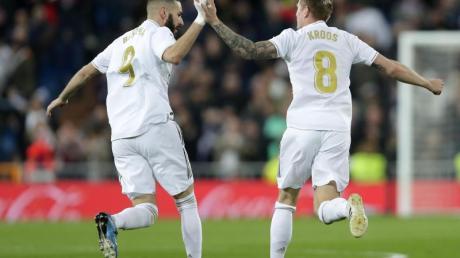 Torschütze Toni Kroos (r) feiert sein Tor mit Mannschaftskamerad Karim Benzema.