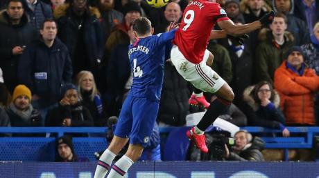 Anthony Martial (r) brachte Manchester United beim FC Chelsea in Führung.