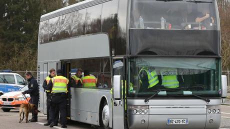 Ein Bus von PSG-Fans wird von deutschen Polizisten kontrolliert.