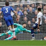 Chelseas Marcos Alonso(l) erzielt das zweite Tor für sein Team gegen Tottenham Hotspur.
