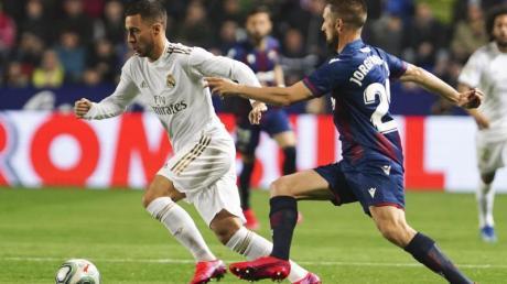 Madrids Eden Hazard (l) hat sich in der Liga-Partie gegen UDLevante einen Anbruch des rechten Wadenbeins zugezogen.