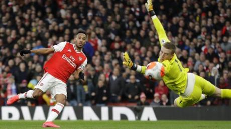Arsenals Aubameyang (l) erzielt das Tor zum 2:1 - EvertonsTorhüter Pickford kann dem Ball nur noch hinterherschauen.