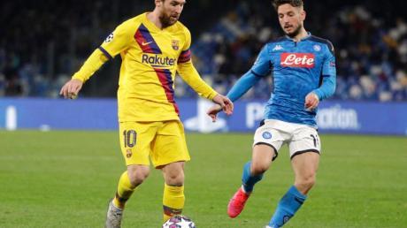 Lionel Messi (l) vom FC Barcelona kämpft mit Neapels Dries Mertens um den Ball.