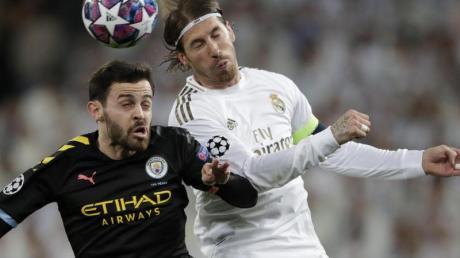 Bernardo Silva (l) von Manchester City und Sergio Ramos von Real Madrid im Kopfballduell.