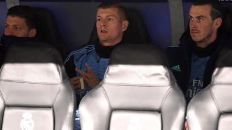 Verfolgte die Real-Pleite gegen Man City von der Bank: Toni Kroos (M).