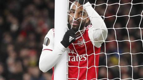 Alexandre Lacazette vom FC Arsenal hängt enttäuscht im Tornetz.