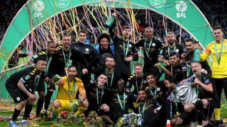 Die Spieler von Manchester City jubeln über den erneuten Gewinn des Liga-Pokals.