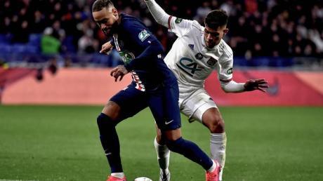 Neymar (l) von Paris Saint-Germain kämpft um den Ball.