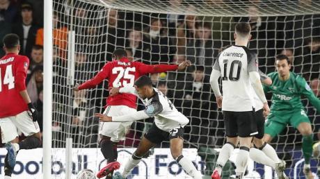 Uniteds Odion Ighalo (2.v.l) sorgte mit seinem Tor zum 2:0 für die Vorentscheidung bei Derby County.