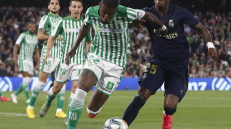 Betis Sevillas Emerson (l) setzt sich gegen Vinicius Junior von Real Madrid durch.