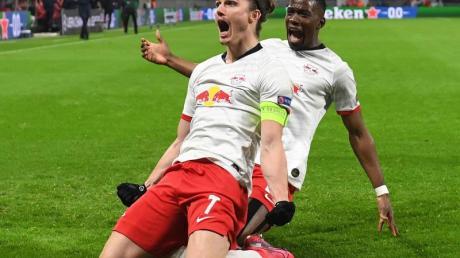 Leipzigs Marcel Sabitzer (l) jubelt mit Nordi Mukiele nach seinem Treffer zum 1:0.