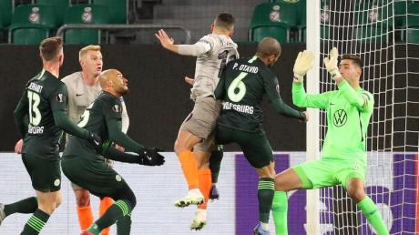 Júnior Moraes von Schachtjor Donezk erzielt per Kopf das Tor zum 0:1 für die Gäste. Torwart Koen Casteels vom VfL Wolfsburg und sein Teamkollege Paulo Otavio können den Treffer nicht verhindern.