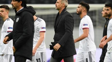 Getrübte Stimmung: Frankfurts Cheftrainer Adi Hütter (M) geht nach der 0:3-Niederlage vom Platz.