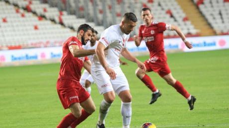 Lukas Podolski (M.) behauptet den Ball im Zweikampf.
