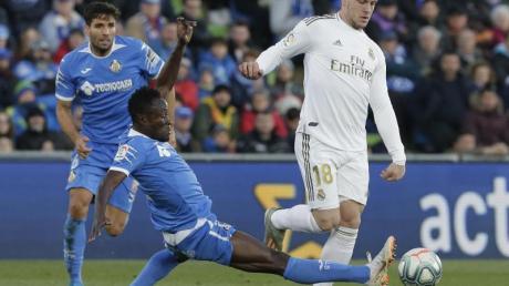 Luka Jovic (r) spielt jetzt für Real Madrid.
