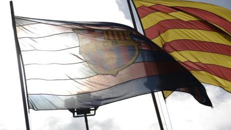 Die Fahne des FC weht neben einer Flagge Kataloniens.