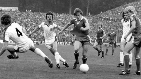 Eintracht Frankfurt gewinnt das Finalrückspiel im UEFA-Cup gegen Borussia Mönchengladbach und sichert sich den Cup.