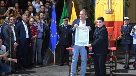Diego Maradona (r) gilt in Neapel als lebende Legende und wurde 2017 als Ehrenbürger der Stadt ausgezeichnet.