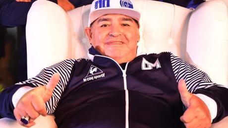 Diego Maradona unterstützt eine argentinische Suppenküche und gibt ein WM-Trikot für eine Versteigerung.