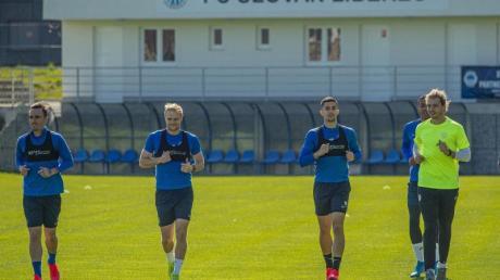 Fußballspieler des FC Slovan Liberec nehmen am ersten Training im Rahmen der Lockerungen von Corona-Maßnahmen teil.