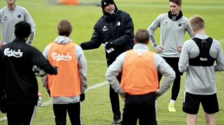 Trainer Staale Solbakken (M) bereitet das Team des FC Kopenhagen auf die Wiederaufnahme des Spielbetriebs vor.