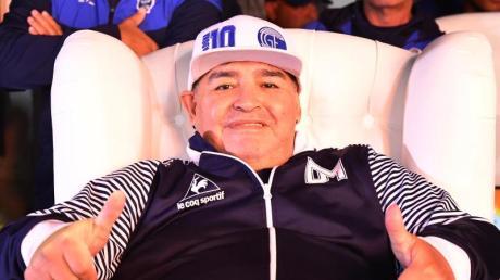 Diego Maradona hat seinen Vertrag als Trainer von Argentiniens Erstligist Gimnasia y Esgrima La Plata verlängert.