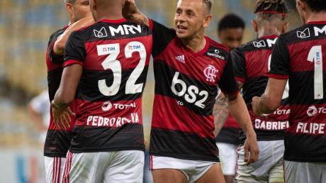 Flamengo um Ex-Bayern-Profi Rafinha (M.) feierte einen Sieg.