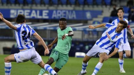 Robin Le Normand (l) von Real Sociedad im Zweikampf gegen Vinicius Junior von Real Madrid.