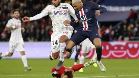 Meister und Absteiger:Kylian Mbappe (r) holt mit PSG den Titel, Regis Gurtner (M) und Haitam Aleesami steigen mit Amiens ab.