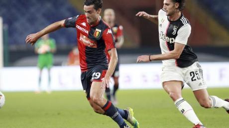 Francesco Cassata (l) vom FC Genua und Adrien Rabiot von Juventus Turin kämpfen um den Ball.