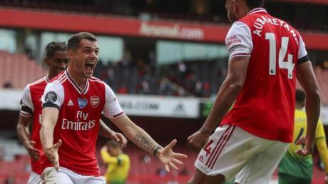 Granit Xhaka (l) und Pierre-Emerick Aubameyang (r) vom FC Arsenal feiern das 2:0 gegen Norwich City.